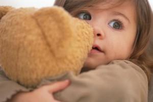 Bambina con Peluches